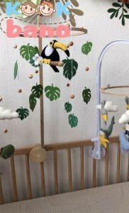 از چه سنی باید آویزهای بالای تخت کودک را بردارم؟